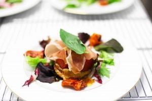 Tatin de tomates fraiches et confites au basilic, mesclun aux herbes et chiffonnade de Bayonne