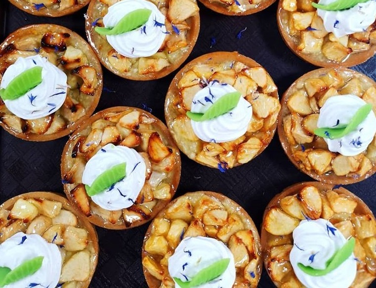 Tarte aux pommes, crème montée cannelle & vanille, bleuet & amande