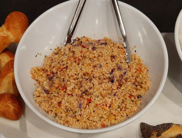 Salade boulgour cuisiné, petits légumes, amandes et autres condiments