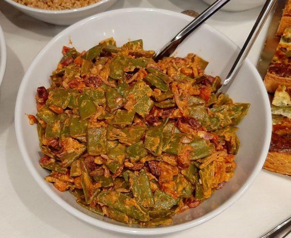 Salade pois gourmands, noix de cajou et légumes thai