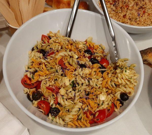 Salade tortis de couleurs, mozzarella, tomates cerise, herbes fraiches et olives noires